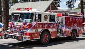 在游行的消防车在Graeagle,加利福尼亚 免版税库存照片