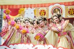 在游行的美好的妇女天使展示在农历新年节日 免版税库存照片