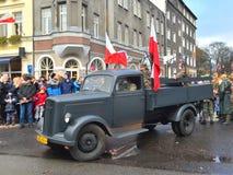 在游行的老军用卡车 图库摄影