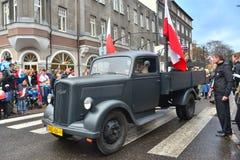 在游行的老军用卡车 免版税库存图片