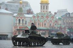 在游行重建的历史军用硬件在红场在莫斯科 免版税库存照片