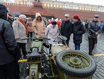 在游行重建的历史军用硬件在红场在莫斯科 免版税库存图片