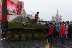 在游行重建的历史军用硬件在红场在莫斯科 库存照片