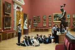 在游览中的孩子在俄国艺术国家博物馆  库存图片