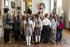 在游览中的孩子在俄国艺术国家博物馆  免版税库存照片