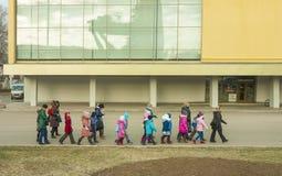 在游览中的孩子在2014年11月22日的陈列莫斯科 库存照片