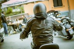 在游览摩托车的哈利戴维森孤立车手 免版税库存照片