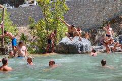 在游览金牛座山期间,游人在山小河, T游泳 免版税库存照片
