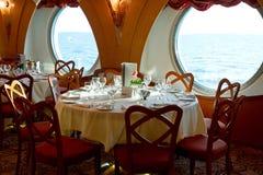 在游轮上的餐馆准备好晚餐 库存照片