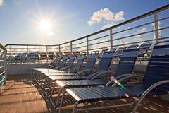 在游轮甲板的躺椅  免版税库存照片
