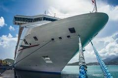 在游轮的巨型的船首的看法由码头靠了码头 免版税图库摄影