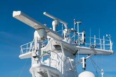 在游轮的帆柱的雷达天线 免版税库存照片