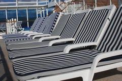 在游轮的空的躺椅 库存图片
