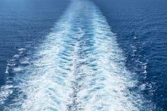 在游轮被形成的白色波浪1后 免版税库存图片