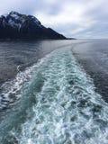 在游轮以后的白色小条在美好的自然,挪威 免版税库存图片