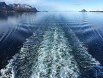 在游轮以后的白色小条在诺尔兰,挪威 库存图片