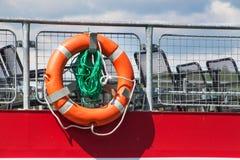 在游轮` s栏杆的抢救圆环 抢救淹没 安全设备 免版税库存照片