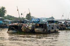 在湄公河三角洲的传统浮动市场 图库摄影