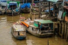 在湄公河三角洲的传统浮动市场 免版税库存照片
