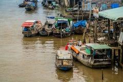 在湄公河三角洲的传统浮动市场 库存照片