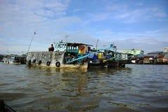 在湄公河三角洲的浮动市场 库存照片