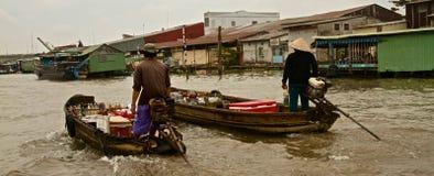 在湄公河三角洲的浮动酒吧,越南,东南亚 免版税图库摄影