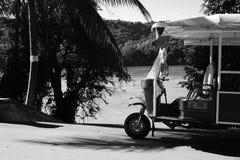 在湄公河旁边的停放的TukTuk 免版税库存照片
