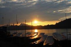 在湄公河的小船在Loas的琅勃拉邦 库存图片