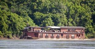 在湄公河的居住船 免版税图库摄影