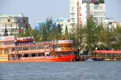 在湄公河的旅游游轮 库存图片