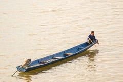 在湄公河的渔夫小船 图库摄影