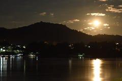 在湄公河的满月 免版税图库摄影