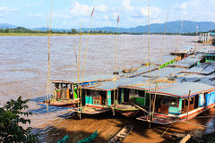 在湄公河老挝人的小船 免版税库存图片