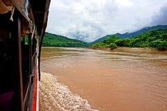 在湄公河,老挝的缓慢的小船巡航 库存照片