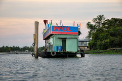 在湄公河,越南的浮动加油站 库存照片