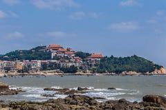 在湄洲岛海滩和寺庙上 库存照片