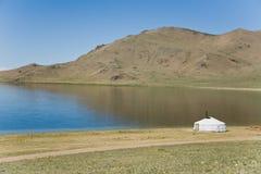 在湖一边的ger 蒙古 免版税库存照片
