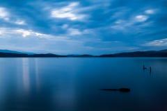 在湖上的剧烈的云彩 库存图片