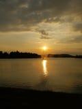 在湖上的日落 免版税库存图片