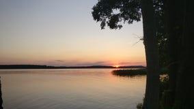 在湖上的日落 库存图片