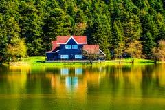 在湖上的木架房屋在博卢Gölcük 库存照片