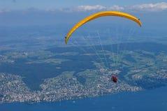 在湖上的滑翔伞 库存图片