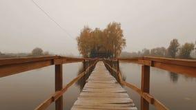 在湖中间的童话房子秋天有雾的早晨天线的 影视素材