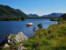 在湖中间的老渔船 库存图片