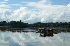 在湖中间被修造的竹小屋安置鱼关进笼子看守者 免版税库存图片