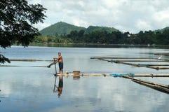 在湖中间被修造的竹小屋 库存照片