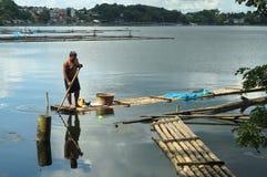 在湖中间被修造的竹小屋 免版税库存照片
