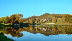 在湖中间的村庄 免版税图库摄影