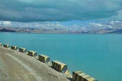 在湖之上的路 免版税库存照片