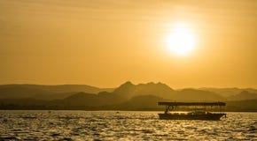在湖乌代浦的日落 库存照片